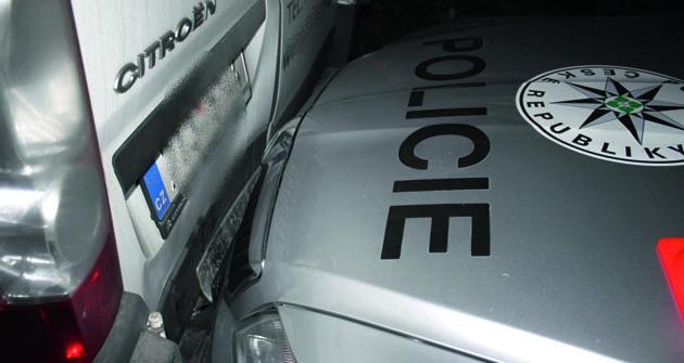 Při couvání se dá nabourat kde co, třeba i policejní automobil!
