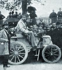 René de Knyff – vítěz závodu Paříž–Bordeaux 1898 (Criterium des Entraineurs) vevoze Panhard osazeném licenčně vyráběným motorem Daimler.