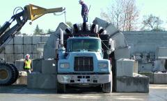Jednotlivé betonové prefabrikáty jsou skládány našablonu nástavby hned zakabinou vozidla.