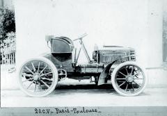 Panhard et Levassor sdvacetikoňovým motorem připravený nazávod Paříž – Toulouse 1900.