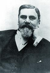 Emil Levassor, byl mírně řečeno, vespolečnosti neohrabaný, bázlivý žen, ale skvělý konstruktér azávodník.