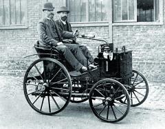 Emil Levassor (zařídítkem) nikdy neusnul navavřínech, konstrukci svého automobilu neustále vylepšoval.