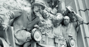 Překrásný reliéf ukazuje Emila Levassora, důsledného, naléhavého arozhodného – pravou řadí, levou řídí.