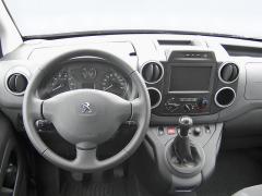 peugeot - Pracoviště řidiče bylo u testovaného vozidla doplněno o satelitní ovladače tempomatu a rádia pod volantem
