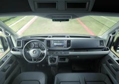 Interiér odpovídá tomu, co veVW Group považují zakomfortní pracoviště řidiče aposádky vozu.