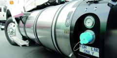 Tekutý zemní plyn poskytuje třikrát více energie při stejném objemu jako zemní plyn stlačený CNG, vozidlo tak ujede najedno naplnění nádrže třikrát více než naCNG.