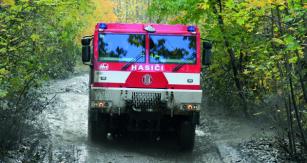 ZÚ HZS ČR má vesvém automobilovém parku rovněž čtyři nosiče kontejnerů načtyřnápravových podvozcích T 815-7.