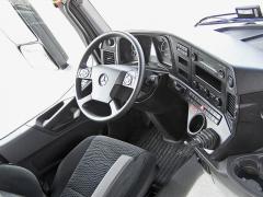 Za volantem je dostatek místa, volič samočinné převodovky je ukryt vpravé páčce pod volantem, kterou se ovládá i motorová brzda