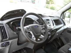 ford – Pracoviště řidiče nabízí dostatek odkládacích míst i dobré ergonomické zpracování