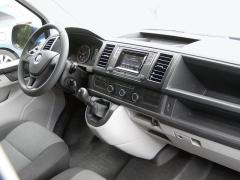 VW – Nová palubní deska má jednoduché vodorovné linie a dostatečně velké spínače