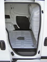 fiat – Zadní křídlové dveře umožňují využít i vysokozdvižný vozík, boční posuvné jsou určené pro ruční manipulaci s nákladem