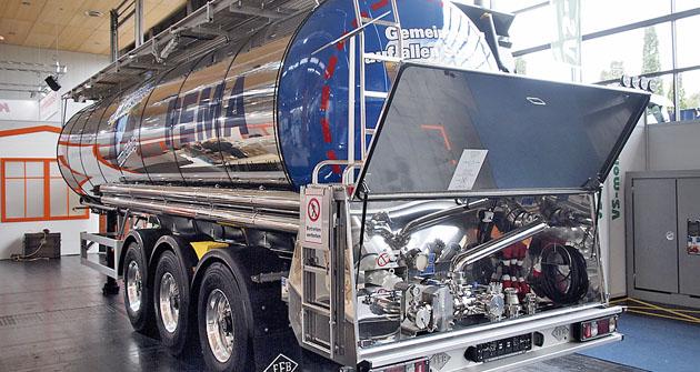 Třínápravový cisternový návěs Feldbinder pro přepravu potravin