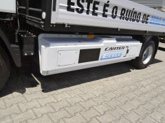 Ve skříni ukotvené po stranách rámu vozidla je uložena početná baterie akumulátorů