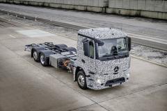 Maskovaný prototyp středního nákladního vozidla Mercedes-Benz Urban eTruck