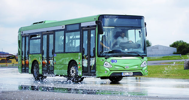 Průjezd prudkou zatáčkou autobusu Iveco Urbanway