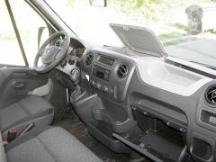 Pracoviště řidiče je přehledné, prostorné a svelkým množstvím odkládacích míst
