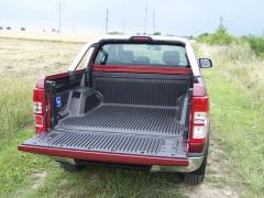 ford-Korba byla vyložena plastovou vanou a ozdobena efektním nerezovým rámem