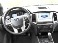 ford-Dobrý dojem s příjemně silného věnce volantu kazí tragické množství tlačítek na jeho ramenech