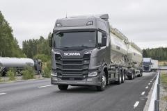 Scania R730 B6x2BN, celková hmotnost 58 tun, délka soupravy 24 m