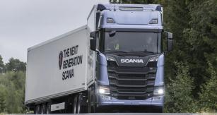 Scania S730 B6x2NB, celková hmotnost 63 tun, délka 25,25 m