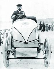"""Zavolantem rekordního speciálu Serpollet """"Velikonoční vajíčko"""" vroce 1902 naAnglické promenádě vNice."""