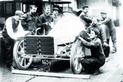 Závodní Gardner-Serpollet naokruhu vArdenách vroce 1904. Napřídi vozidla kondenzátor páry.