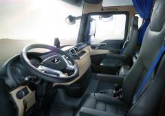 Kůží obšitý věnec volantu aexkluzivní provedení interiéru zve dokabiny vozu limitované edice PerformanceLine.