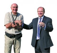 Klíčky odvozidel si mezi sebou vyměnili Jean Philippe aIng.Radomír Smolka, člen představenstva atechnický ředitel Tatra Trucks.