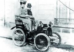 Louis Renault jako spolujezdec vesvém prvním automobilovém výtvoru Renault voiturette Type Avroce 1898.