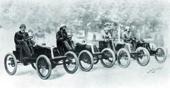 Závodní tým Renault připraven pro závod Paříž – Bordeaux vroce 1901.