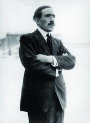 Louis Renault byl posledním zpěti dětí Alfreda aLouisy Berthy Renaultových. Ze svých sourozenců přežil nejdéle anejvíce se zapsal dohistorie konstrukce avýroby automobilů.