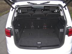 VW - V pětimístném provedení interiéru je kdispozici docela objemný zavazadlový prostor