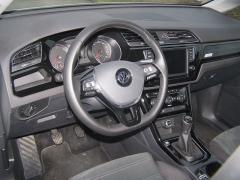 VW - Palubní deska je výborně řešená, praktická a přehledná. Na volantu je příliš satelitních spínačů