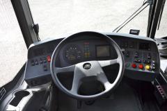 Pracovišti řidiče vévodí osvědčená palubní deska z dílny VDO. Rozmístění ovládacích prvků a jejímu samotnému provedení lze jen těžko něco vyčítat