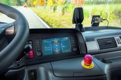 """Displej zobrazuje aktuální stav všech systémů. Senzory mapují aktivitu vozidla tzv. """"zpohledu řidiče""""."""