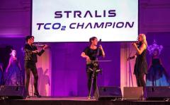 Netradiční smyčcové trio String Ladies, které svým spojením ženské krásy avirtuózního hraní doplnilo vstupy zástupců Iveca.