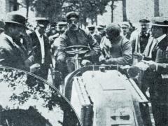 Louis Renault zavolantem svého závodního vozu spěti apůl litrovým čtyřválcem (kategorie lehké vozy) vzávodě Paříž – Vídeň 1902.
