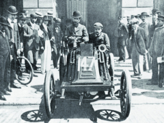 Jeden zfavoritů závodu Paříž – Vídeň 1902, Marcel Renault vevoze, který konstruoval avyráběl jeho bratr Louis.