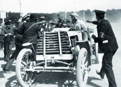 Maurice Farman svozem Panhard et Levassor skončil vzávodě Paříž – Vídeň 1902 navelmi solidním pátém místě.
