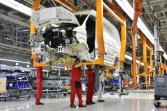 Výroba se zvolna rozjíždí, plánovaná kapacita je 380 vozidel denně