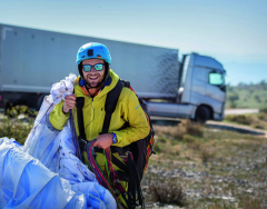 Bláznivý paraglidista se jmenuje Guillaume Galvani.