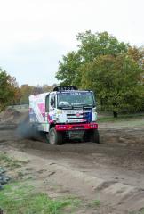 """Třetí generaci soutěžního speciálu Tatra Phoenix G3 lze bezpečně rozpoznat od předcházejícího modelu podle """"komínu"""" za kabinou."""