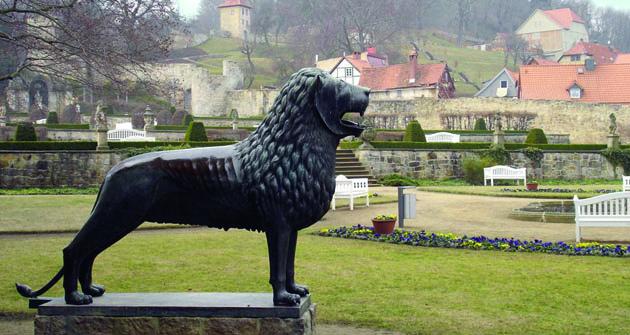Pocelém Německu imimo něj je umístěna řada replik slavné sochy lva zBraunschweigu, jako třeba tato před zámkem Blankenburg.