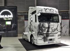 Stokusová limitovaná edice MAN TGX sportrétem Rudolfa Diesela na přídi. Dva vozy jsou určeny pro český trh