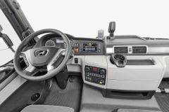 Kabina a pracoviště řidiče. Přímo na volantu je ovládání prediktivního tempomatu