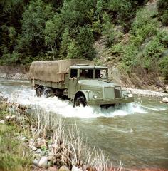 Plnepohonná, trojnápravová, ťažká Tatra 111 soriginálnym vzduchom priamo chladeným motorom vlastnej konštrukcie, znamenala Tatra vroku 1942 jeden znajväčších míľnikov vnovodobej histórii značky.