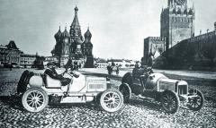 Hiero naRudém náměstí vMoskvě (vpravo), vdruhém voze Laurin aKlement Saša Kolowrat.