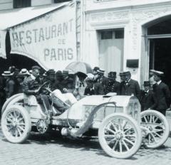 Ing.Otto Hieronymus vzačátcích svých závodních aktivit ještě zažil slávu velkých závodů mezi městy. Vyrazil idonejkontroverznějšího znich: Paříž-Madrid.