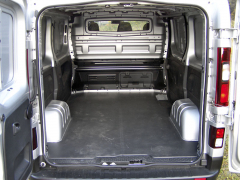 Fiat - Nákladový prostor má vzákladu objem 5,2 m3. Vpravo dole vdělicí přepážce jsou dvířka umožňující přepravu i obzvlášť dlouhých předmětů