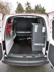 VW - V nákladovém prostoru karosárna UNIVEST CZ namontovala regály ze stavebnice BOTH dle přání zákazníka